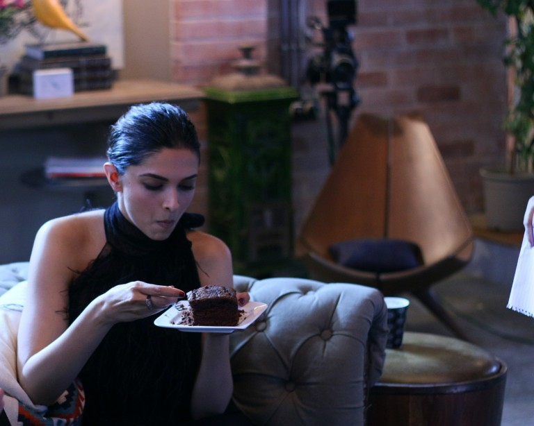 deepika-padukone-digging-into-dark-chocolate-fudge-as-she-reveals-her-diet-mantra-at-colors-infinity-vogue-bffs