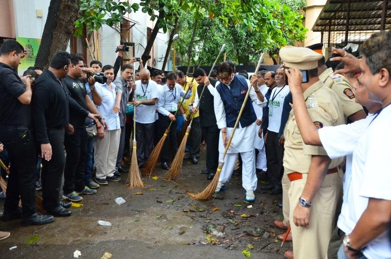 Mr Amitabh Bachchan takes the broom to clean Mumbai