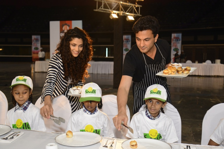 nutrition-brand-ambassador-chef-vikas-khanna-actress-saiyami-kher-serving-a-meal-with-the-children-from-smile-foundation-at-the-launch-of-quaker-feed-a-child-initative-on-world