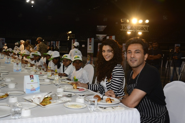 nutrition-brand-ambassador-chef-vikas-khanna-actress-saiyami-kher-sharing-a-meal-with-the-children-from-smile-foundation-at-the-launch-of-quaker-feed-a-child-initative-on-world