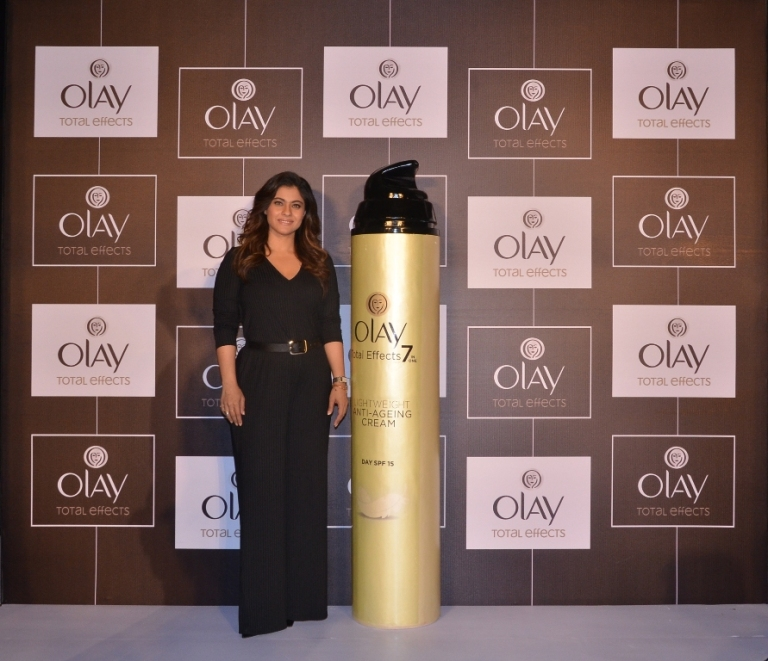 olay-total-effects-loyalist-kajol-with-the-newly-launched-olay-total-effects-lightweight-moisturizer