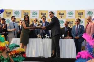 the-winners-recieving-the-trophy-from-mr-shekhar-ramamurthy-md-united-breweries-limited