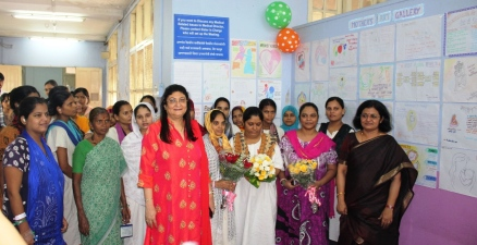 Dr Minnie Bodhanwala CEO Wadia Hospital felicitating new mom during drawing competition