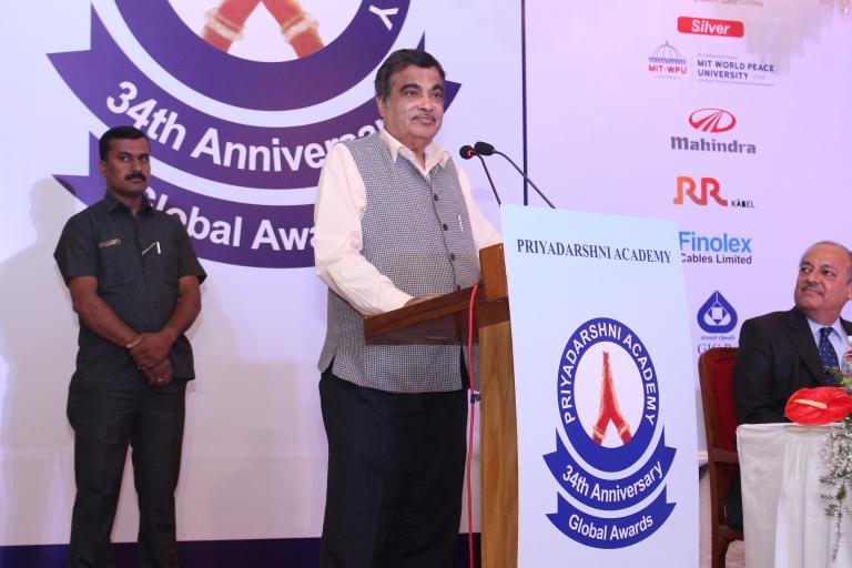 hri Nitin Gadkari @Priyadarshni Academy Award.JPG