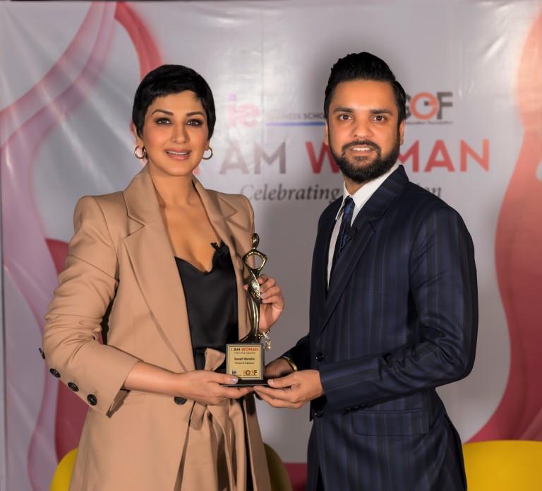 Sonali Bendre receives the I Am Woman Award 2019 instituted by Educationist Karan Gupta.jpg